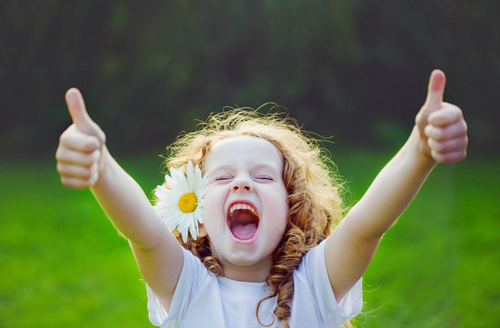 petite fille heureuse coup de pouce chauffage